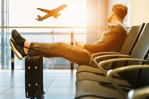 reiziger van taxi Leeuwarden - Schiphol die wacht op luchthaven