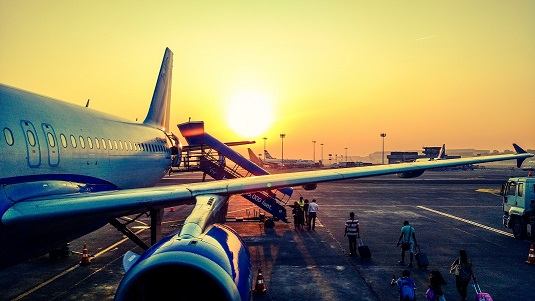 zonsondergang bij vliegtuig op de luchthaven