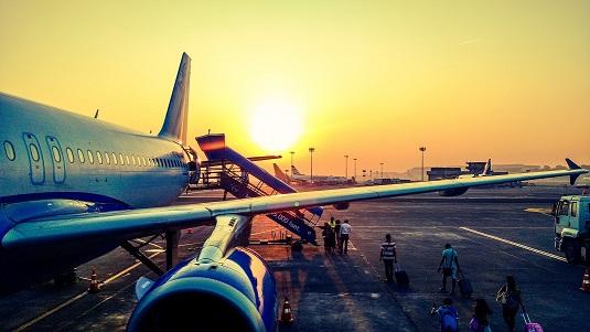 reizigers lopen van vliegtuig naar taxi Schiphol Leeuwarden