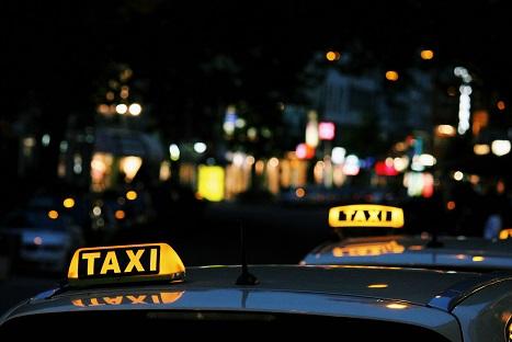 twee geparkeerde Rotterdam Airport taxi's